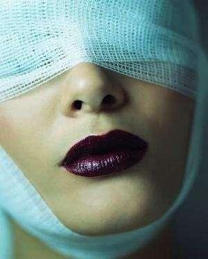 Una ragazza su due pensa alla chirurgia estetica