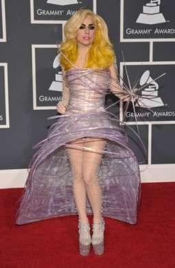 Lady Gaga in Armani Privé ai Grammy Awards 2010