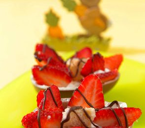 Ricette di Pasqua per bambini: ovetti con panna e fragole