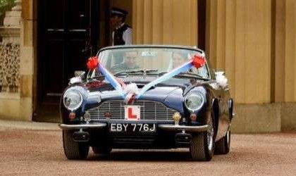 Matrimonio William e Kate: giro in Aston Martin per salutare la folla