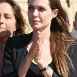 Angelina Jolie visita a sorpresa i profughi libici a Lampedusa. Foto
