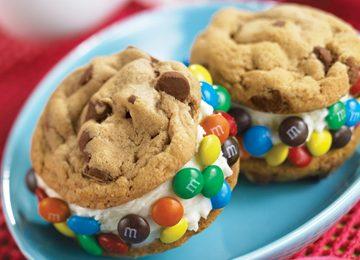 I biscotti al cioccolato ripieni di gelato, ecco come farli in casa