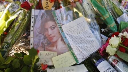 Amy Winehouse verrà cremata oggi, mentre si scopre che l'ex marito è fuori dal testamento