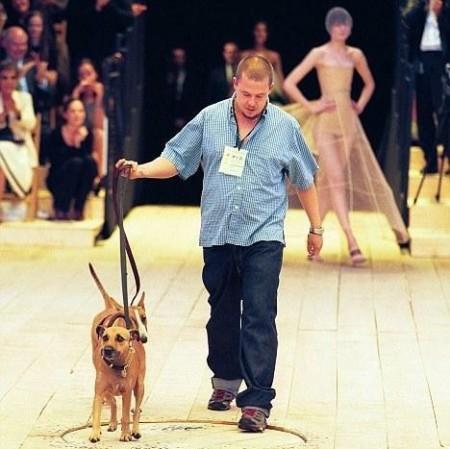 Alexander McQueen, morto più di un anno fa, lascia parte dell'eredità ai suoi cani!