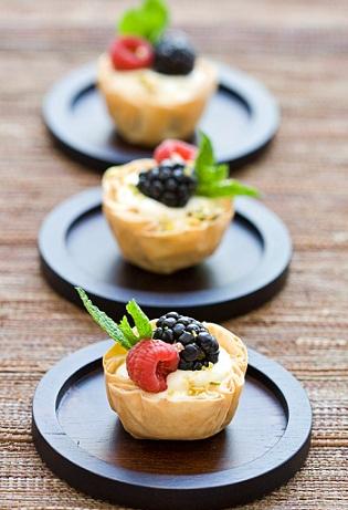 Cestini di pasta fillo ripieni di crema e frutta, ricetta facile ed estiva