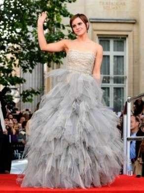 Emma Watson romantica in Oscar De La Renta alla première dell'ultimo Harry Potter