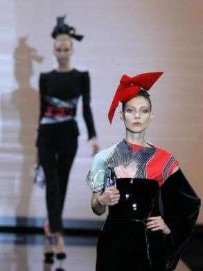 Giorgio Armani Privé sfila a Paris Haute Couture A/I 2011/2012 con una collezione in bilico tra Oriente e Occidente