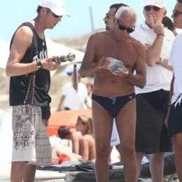 Giorgio Armani compra braccialetti in spiaggia e li regala ai suoi amici