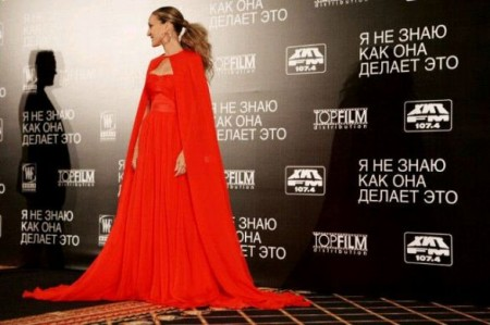 Sarah Jessica Parker da togliere il fiato in rosso firmato Giambattista Valli