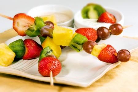 spiedini di frutta colorati