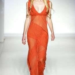 Ispirazioni tropicali e delicate trasparenze per la collezione di Alberta Ferretti a Milano Moda Donna P/E 2012