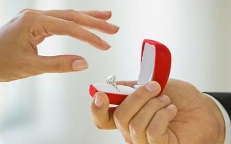 La crisi colpisce anche gli anelli di fidanzamento, budget sempre più bassi
