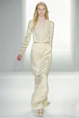 Alla New York Fashion Week P/E 2012 sfila la donna eterea e minimal di Calvin Klein Collection