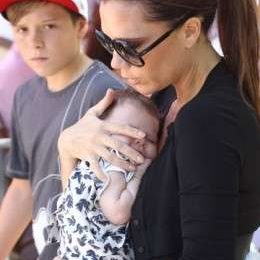 Victoria Beckham a spasso con Harper Seven e i fratellini