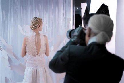 Karl Lagerfeld, il genio creativo di Chanel, si confessa e parla della sua moda
