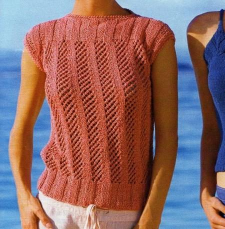 Lavori a maglia per creare una maglietta color salmone