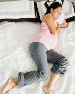 """Tra i disturbi comuni in gravidanza c'è la """"sindrome delle gambe senza riposo"""". Come alleviarla?"""
