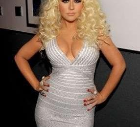 Christina Aguilera si esibisce agli American Music Awards mostrando senza paura le rotondità…
