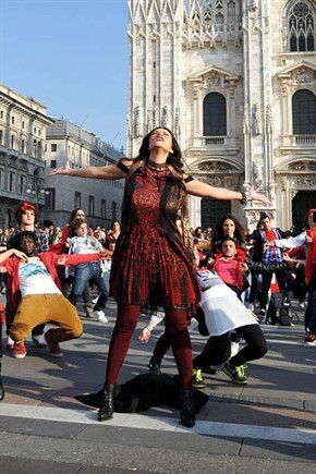 """Laura Pausini e il flashmob a Milano per promuovere il nuovo disco """"Inedito"""""""