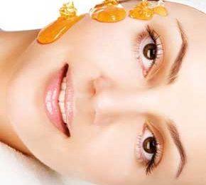 Maschera nutriente per il viso a base di miele