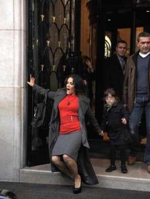 Salma Hayek scivola dai tacchi, ma non può comunque farne a meno!