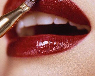 Per essere bella a Natale 2011 punta sul rosso, a partire dalla bocca