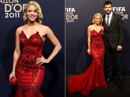 """Shakira bellissima in rosso alla premiazione per il """"Pallone d'oro"""""""