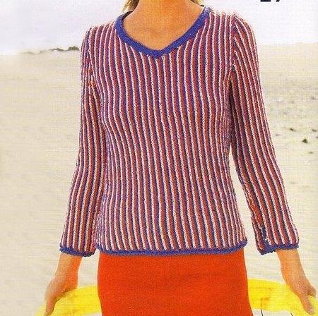 Lavori a maglia per creare un pullover con sottili linee verticali