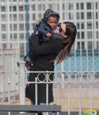 Sandra Bullock è una mamma a tempo pieno ed è felice