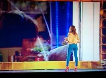 Alessia Marcuzzi in jeans Neon J Brand e camicia Equipment per la diretta del Grande Fratello