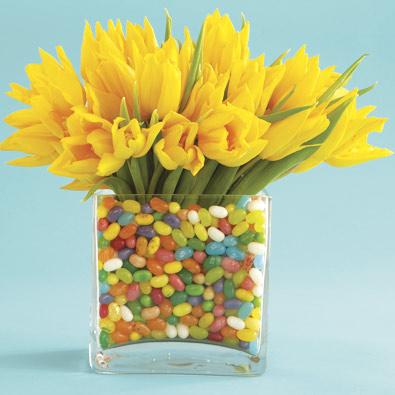 Idee tavola Pasqua centrotavolo fiori ovetti dolci