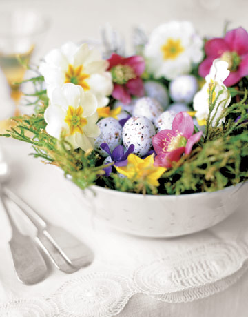 Idee tavola Pasqua centrotavolo uova fiori