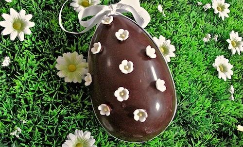Uovo di cioccolato fiorito
