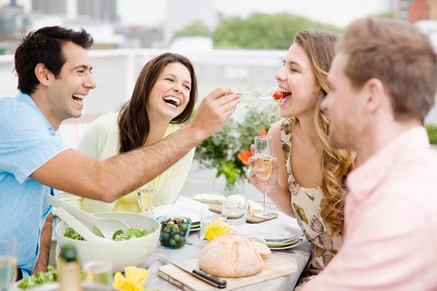 Come non mangiare troppo quando siamo invitati a cena fuori