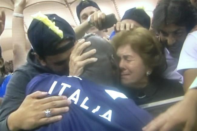 Balotelli_abbraccio