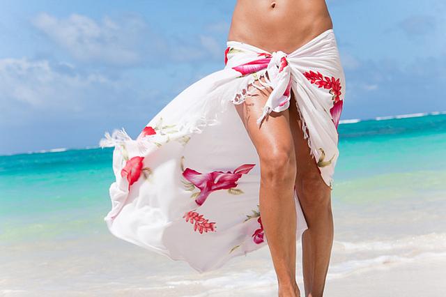 Pareo mare, come indossarlo in spiaggia per essere comode e alla moda