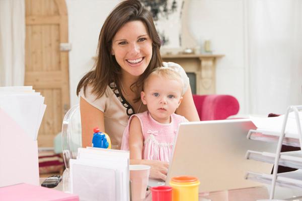 Mamme e lavoro: l'aiuto migliore arriva dal web