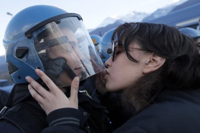 Denuncia per violenza sessuale alla No Tav del bacio al poliziotto