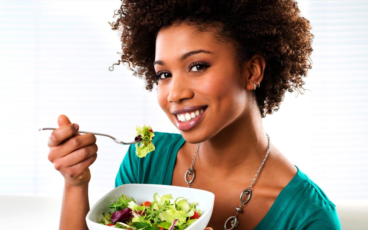 Le donne mangiano meglio e inquinano meno