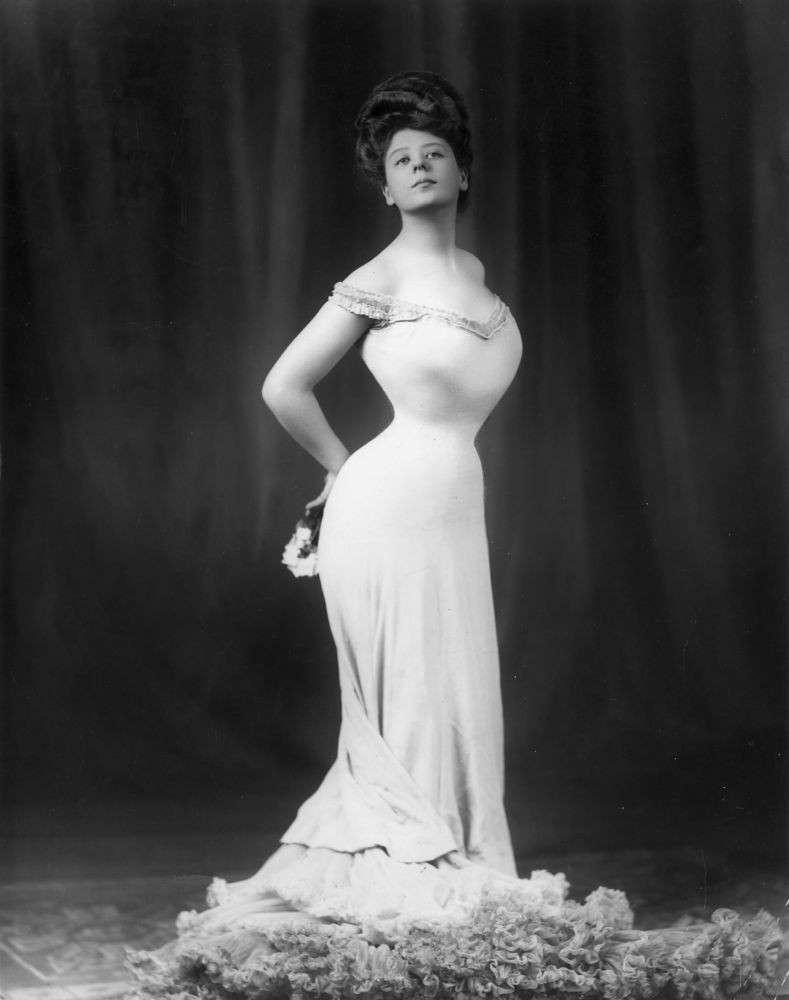 Icone di bellezza: com'è cambiato il corpo perfetto in 100 anni [FOTO]