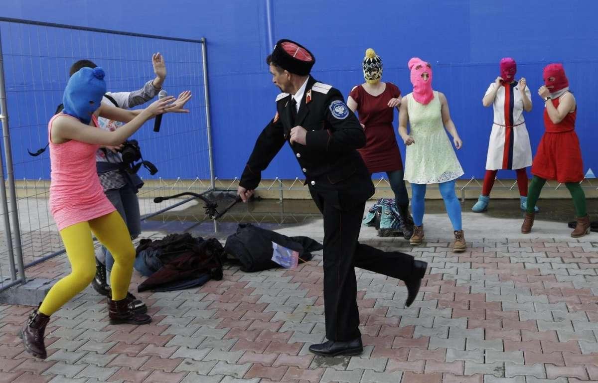 Pussy Riot picchiate dai cosacchi alle Olimpiadi di Sochi [FOTO]