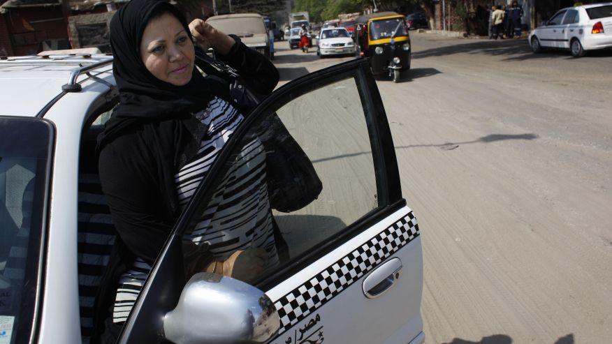 Donna tassista al Cairo apre la prima scuola guida in rosa