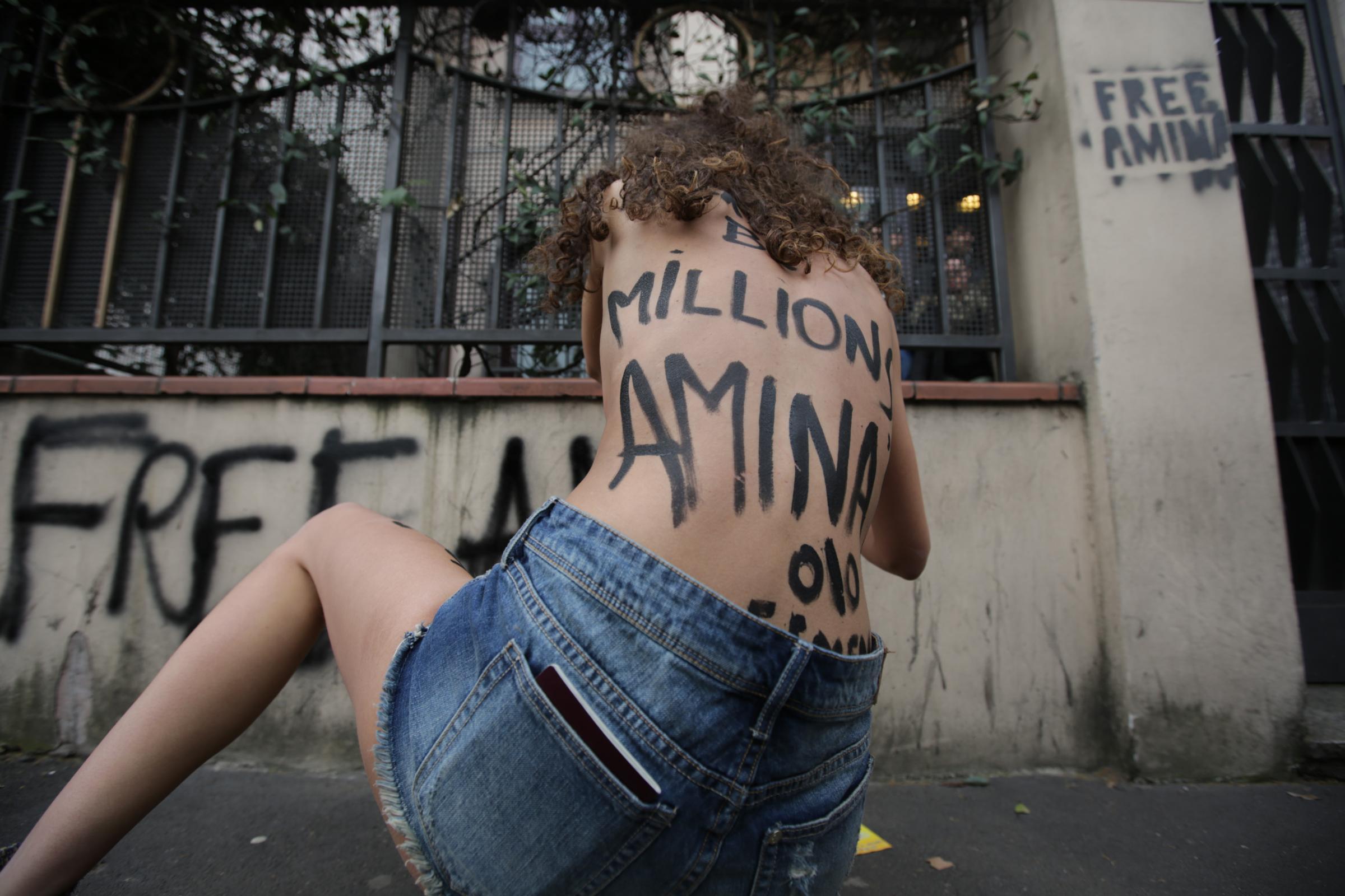Protesta attiviste Femen davanti al Consolato della Tunisia a Milano a sostegno di Amina