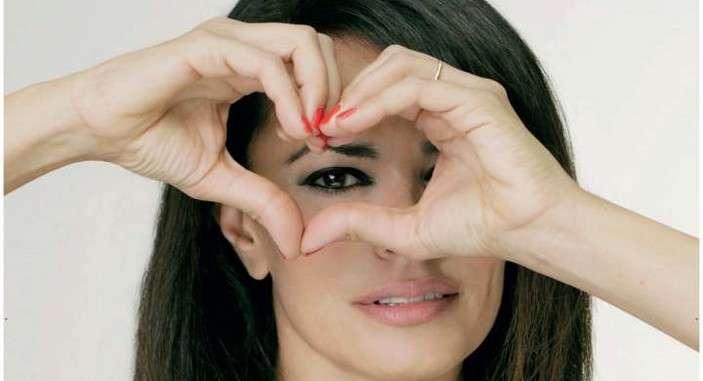"""""""L'amore colpisce solo al cuore"""", campagna contro la violenza sulle donne [FOTO]"""