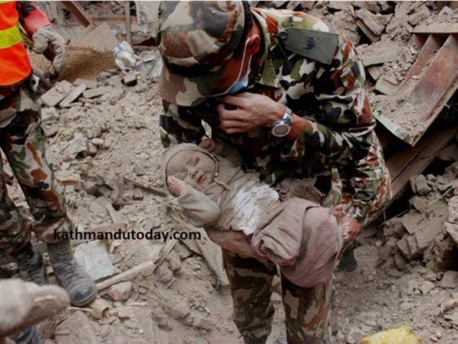 Nepal, neonato salvato dalle macerie