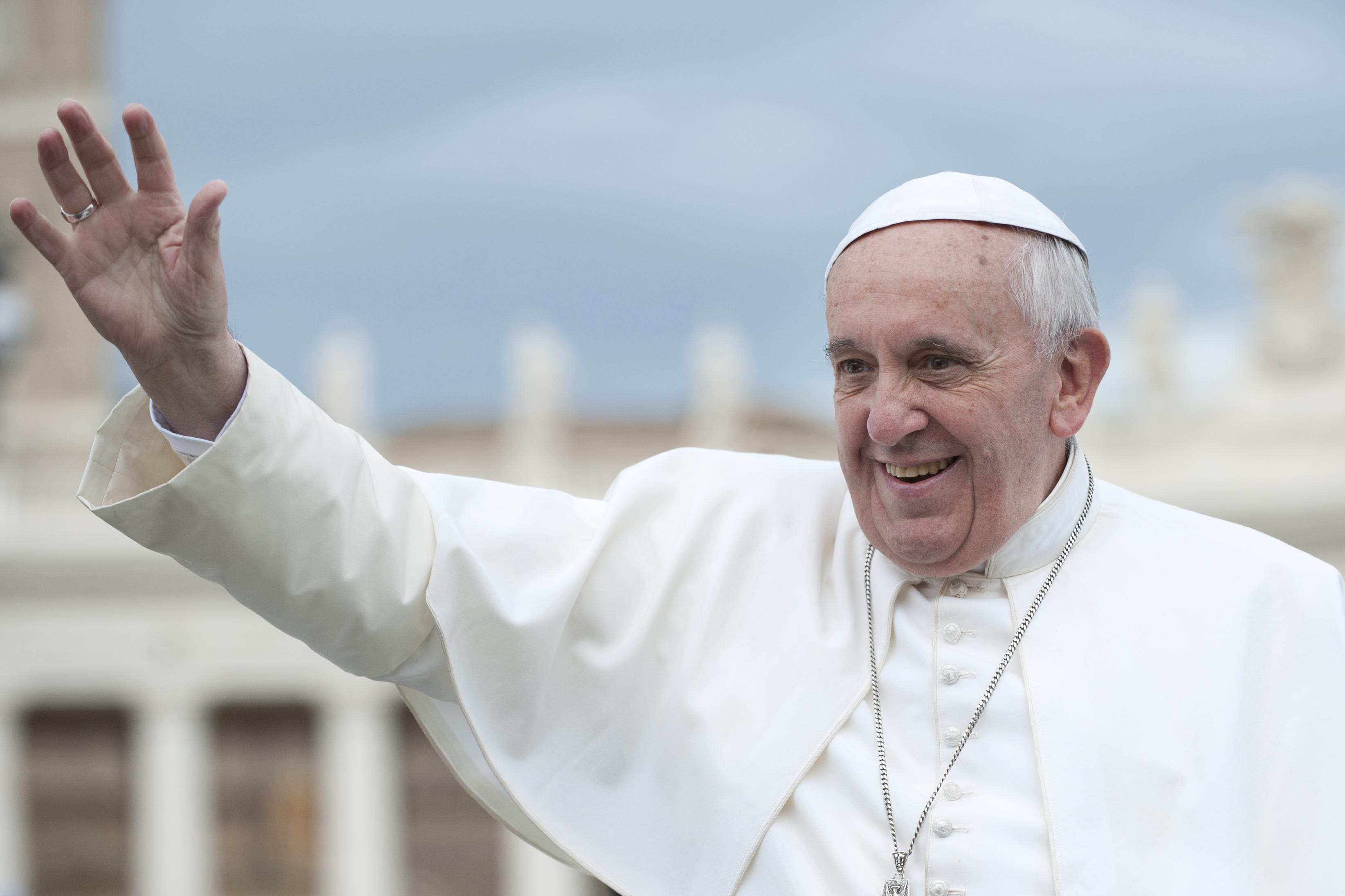 """""""Donne che guadagnano meno degli uomini"""", per il Papa è uno scandalo"""
