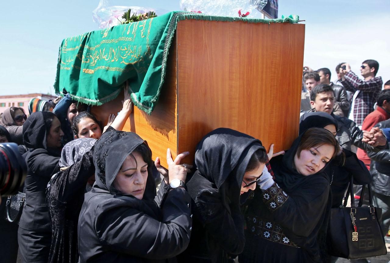 Condannati a morte gli assassini di Farkhunda, la giovane afghana uccisa per blasfemia