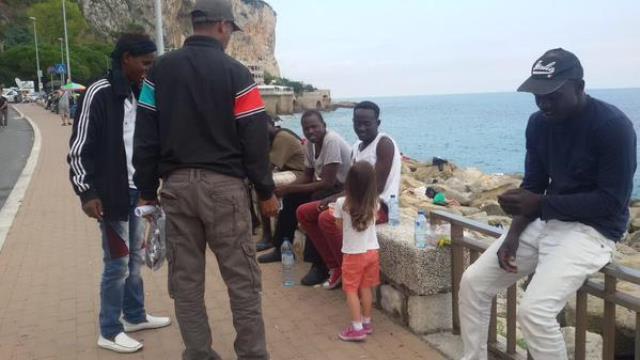 Ventimiglia, la bambina diventa volontaria per i migranti