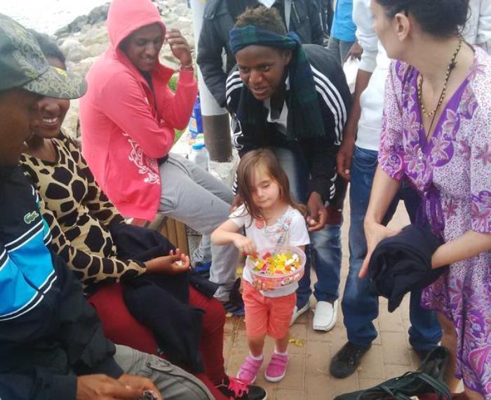 Migranti a Ventimiglia: la bambina eroina che commuove il web