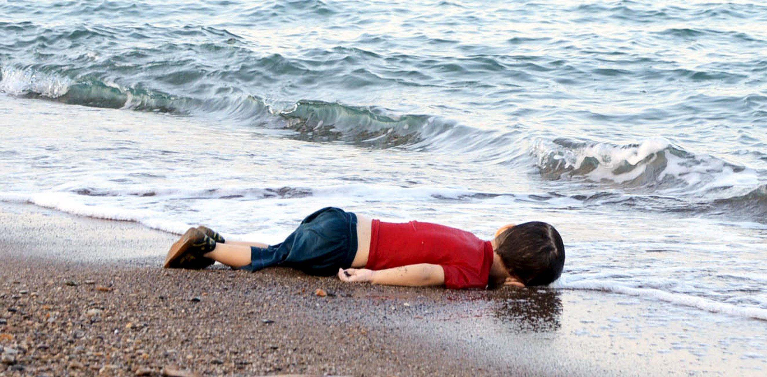Migranti, le foto choc del bimbo siriano morto in spiaggia in Turchia